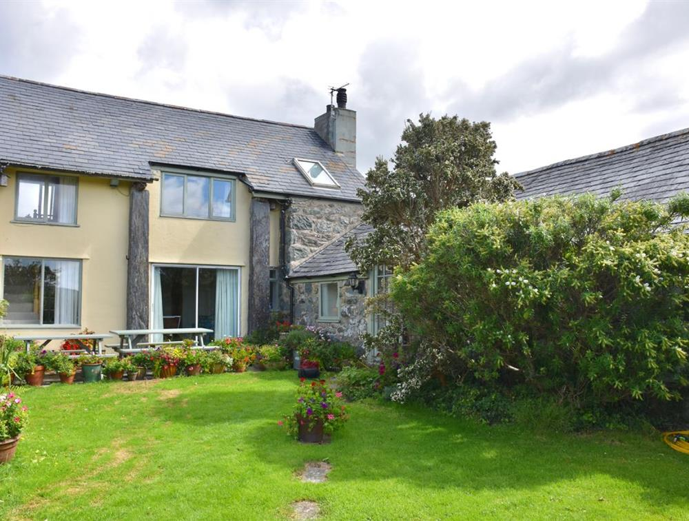 L-shaped Llys Bennar, sleeps 10.